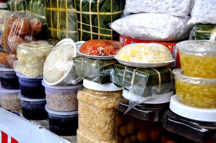 Chị Phương, chủ cửa hàng đặc phẩm Hà Nội trên đường Chu Mạnh Trinh cho biết, các thức ăn ngay như loại chè, xôi, bánh đúc cũng được mang từ Bắc vào bằng máy bay.