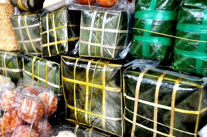 Đặc sản được bày bán nhiều nhất là các loại bánh chưng từ các làng nghề truyền thống tại Hà Nội.