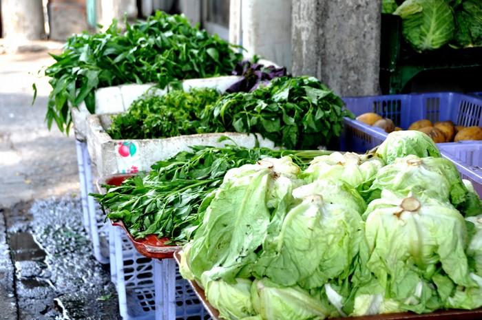 Rau tươi tại Sài Gòn không thiếu, song nhiều chủ cửa hàng vẫn muốn chuyển rau từ quê vào. Tại các cửa hàng này, khách muốn mua rau đay, sấu tươi hay sấu đông lạnh đều có đủ.