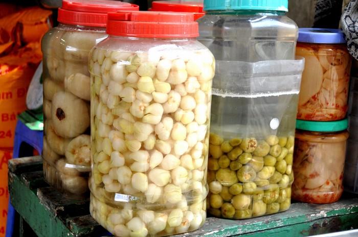 Cà muối, cà pháo xanh muối, măng muối, mắm tôm và các loại thực phẩm khác chỉ có ở các tỉnh miền Bắc cũng có mặt quanh năm để phục vụ khách hàng.