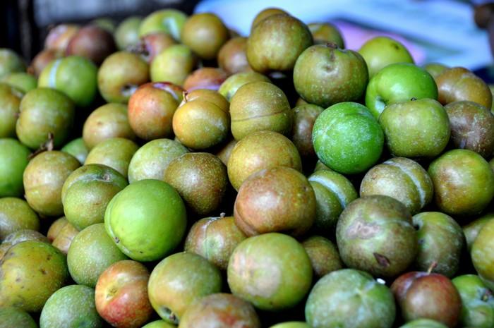 Mùa nào thức ấy, các loại hoa quả miền Bắc luôn có mặt tại Sài Gòn. Khách cần hôm trước, chỉ cần gọi điện thì hôm sau đã có. Từ mớ hoa loa kèn gợi ký ức tuổi thơ, cho đến quả mận giòn tươi đầu mùa.