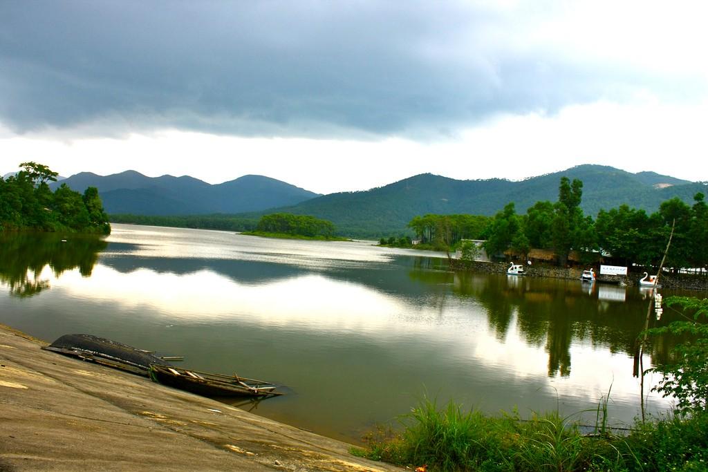 Những chiếc thuyền gỗ, những chiếc thuyền hình con vịt đợi chờ đưa du khách vãn cảnh trên mặt hồ
