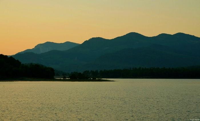 Cảnh sắc hồ Yên Trung trong khoảnh khắc hoàng hôn