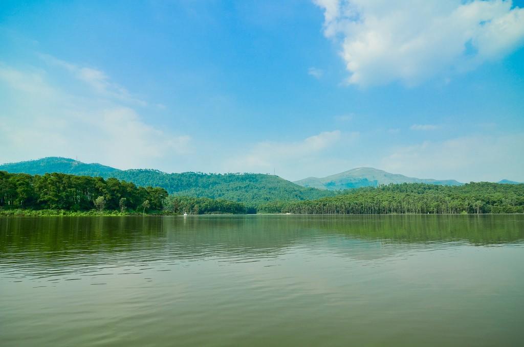 Hồ Yên Trung mênh mang, vời vợi gợi lên bao cảm xúc khó tả