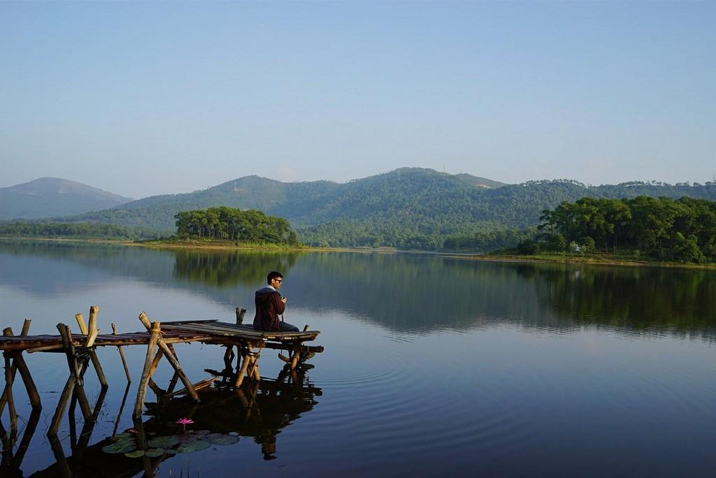 Du khách ngẩn ngơ chiêm ngưỡng vẻ đẹp trữ tình của hồ Yên Trung