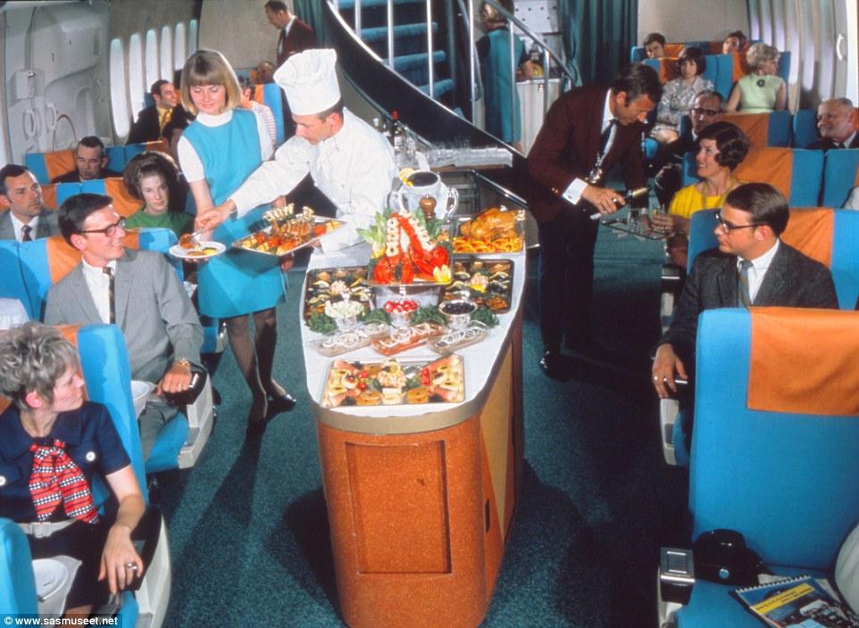 Hình ảnh trong cabin hạng thương gia những năm 1970 cho thấy khách hàng háo hức chờ được phục vụ các món như tôm hùm, thịt gà và thịt cừu.