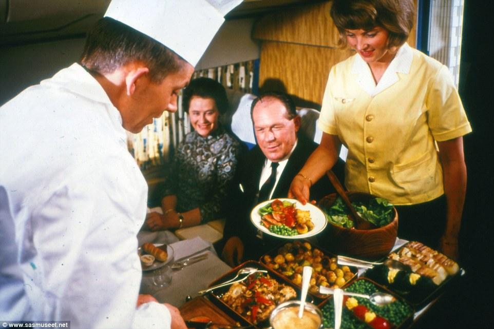 Bức ảnh chụp vào những năm 1970, đầu bếp phục vụ tận nơi các món ăn hấp dẫn ngay trước khi máy bay rung lắc.