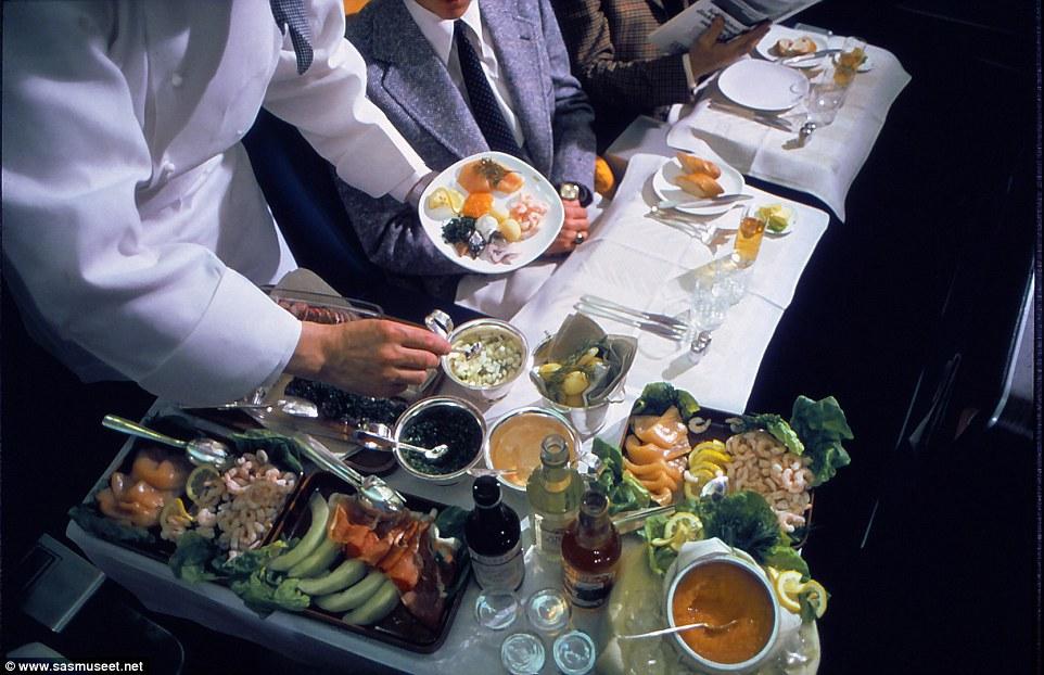 Bức ảnh từ những năm 1980 cho thấy trứng cá muối có trong thực đơn khoang hạng nhất cùng hải sản tươi sống bao gồm tôm và cá hồi.
