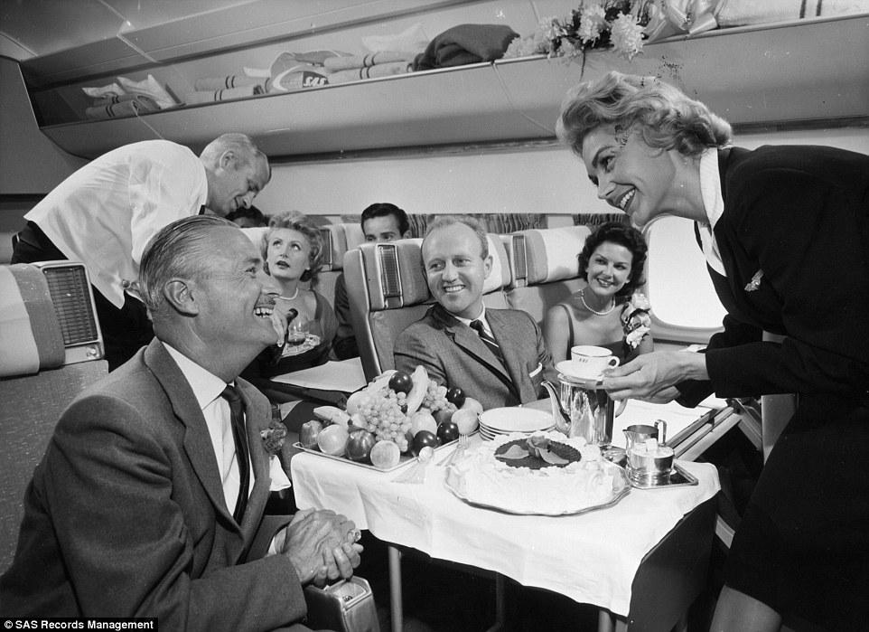 Trà trên khoang hạng nhất những năm 1960 được phục vụ trên xe đẩy thấp và trong các chén sứ cao cấp. Bạn cũng có thể yêu cầu thêm bánh ngọt hoặc hoa quả tươi.
