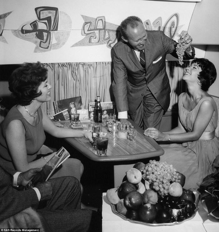Hành khách tự do vui đùa, thưởng thức hoa quả tươi ngon trên khoang hạng thương gia những năm 1960.