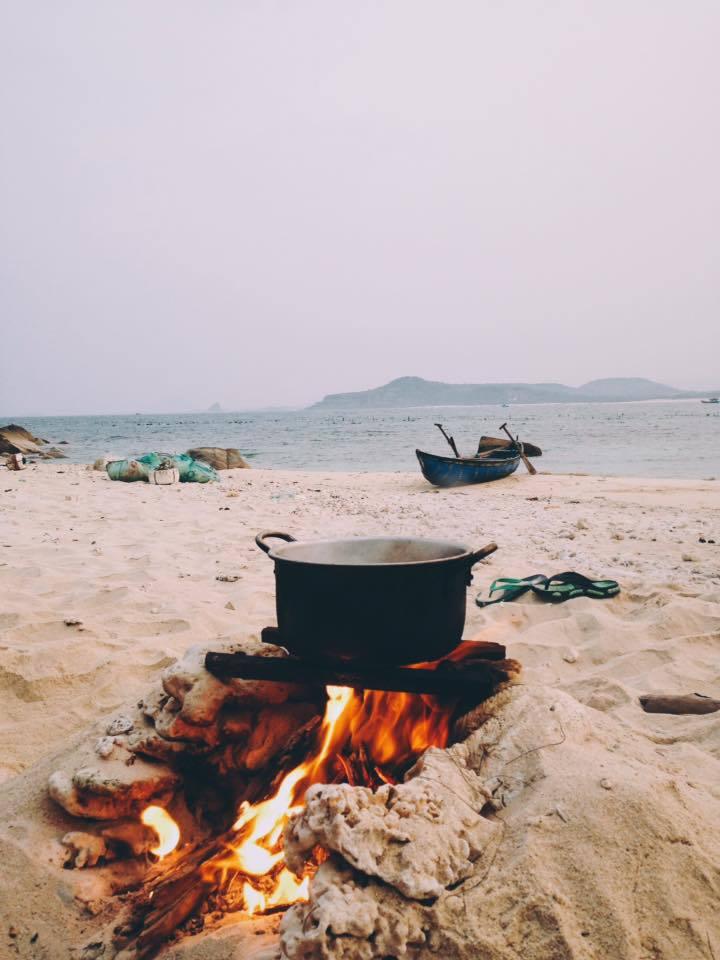 Du khách có thể trải nghiệm nấu ăn bằng bếp dã chiến được thiết kế ngay trên bãi biển.