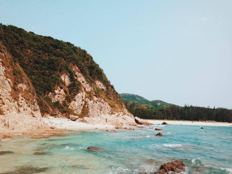 Những bãi đá trải dài, nước biển xanh trong vắt như cuốn hút du khách tới đây.