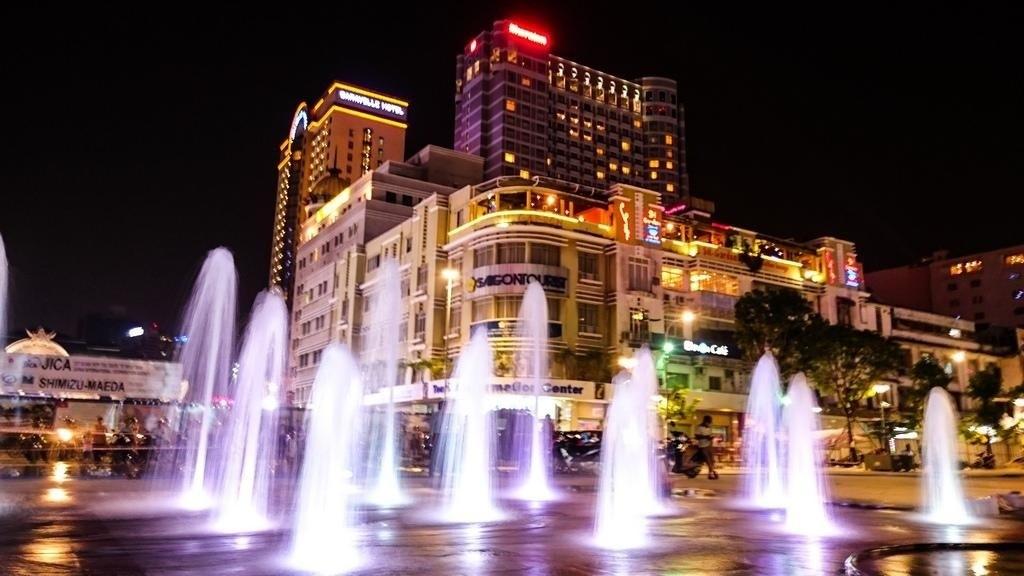 Phố đi bộ Nguyễn Huệ lung ling về đêm