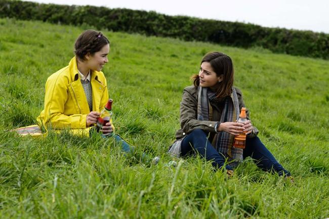 Bãi cỏ xanh mướt nơi Louisa cùng chị chuyện trò
