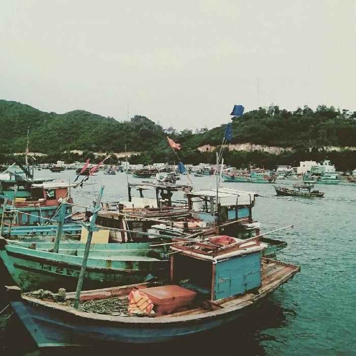 Khung cảnh tàu thuyền neo đậu tấp nập nơi hòn đảo xinh đẹp này