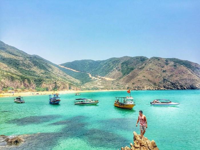 Hình ảnh những chiếc tàu thuyền lớn nhỏ đang cùng nhau lướt trên mặt nước trong xanh đưa du khách đến với Kỳ Co
