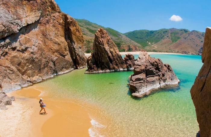 Hình ảnh nước biển chia làm hai màu rõ rệt tạ cảm giác thích thú cho du khách