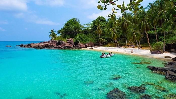 Bãi biển trong xanh cùng với những ưu ái mà mẹ thiên nhiên ban tặng cho Hòn Móng Tay