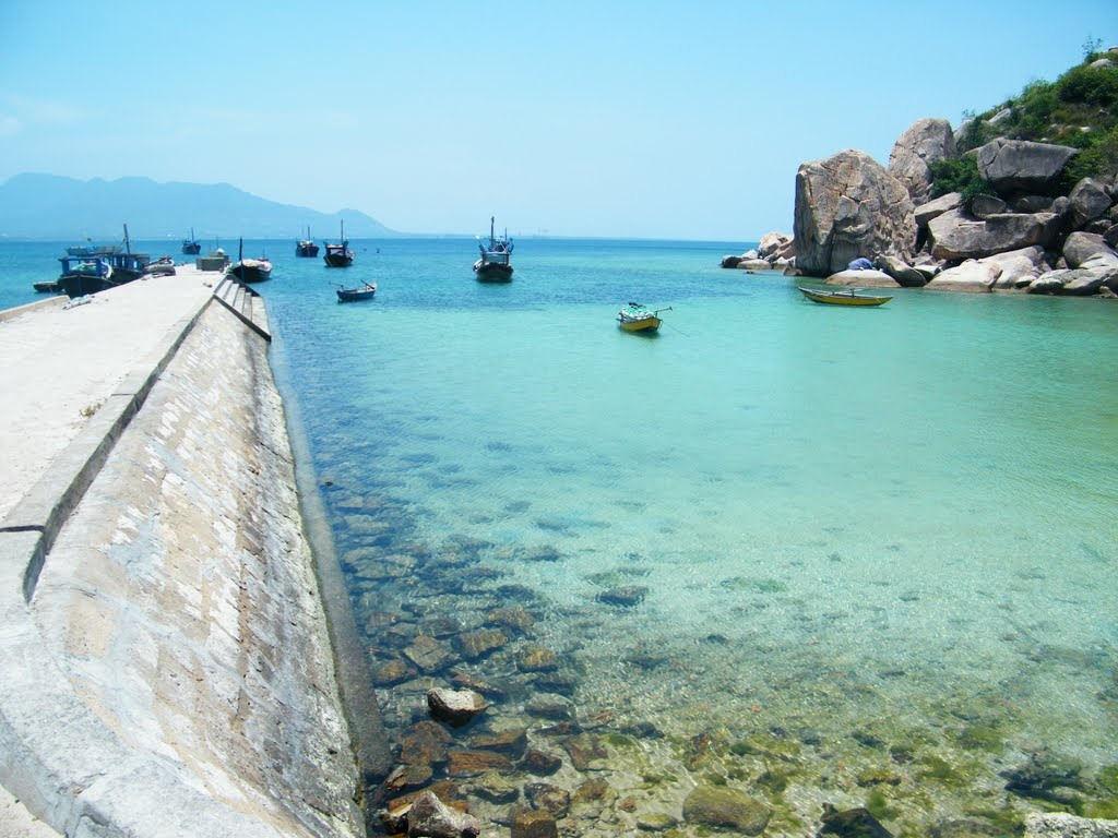 Nước biển xanh vỗ về những ghềnh đá là hình ảnh khó quên trong lòng du khách