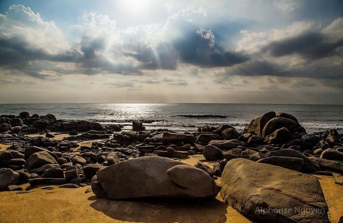 Còn gì tuyệt vời hơn khi được chiêm ngưỡng bình minh trên biển thật thơ mộng