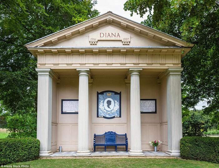 Mộ của Công nương được đặt tại một hòn đảo nhỏ trên hồ Oval, tại đây cũng đặt một tượng đài để người dân có thể tới đặt hoa tưởng nhớ công nương xinh đẹp mà xấu số.