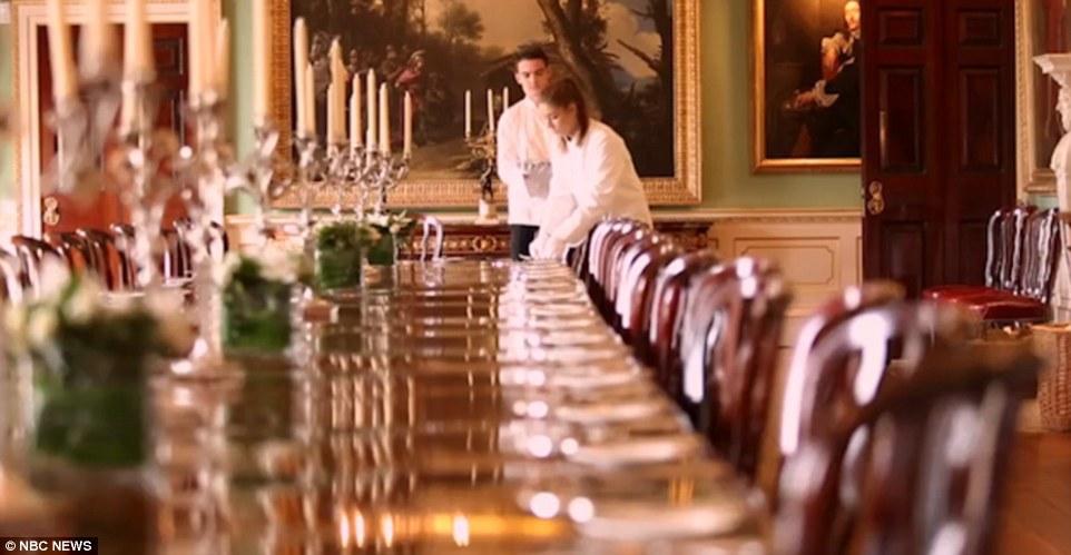Khu nghỉ có 30 phòng ngủ, nhiều phòng ăn, trong đó có một phòng ăn được thiết kế đúng theo nguyên mẫu ở điện Buckingham chứa được hơn 100 người.