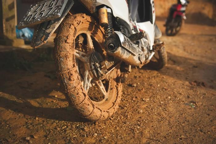 Lốp xe mòn sẽ dễ bị trơn trượt khi đi mưa