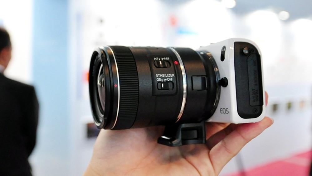 Thậm chí, dòng mirrorless có thể sử dụng ống kính của những dòng máy DSLR