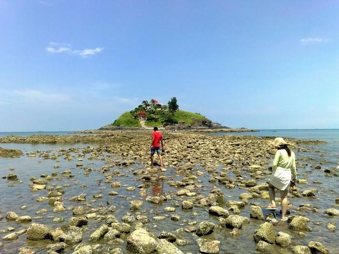 Lối đi dẫn ra đảo Hòn Bà khi thủy triều rút