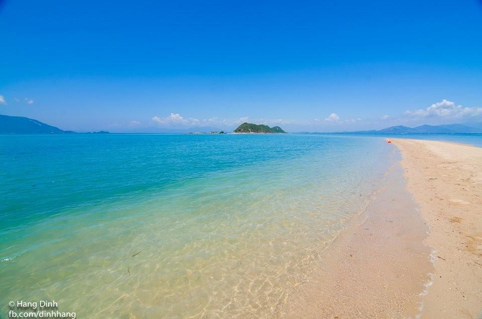 Con đường cát trắng trải dài giữa biển xanh