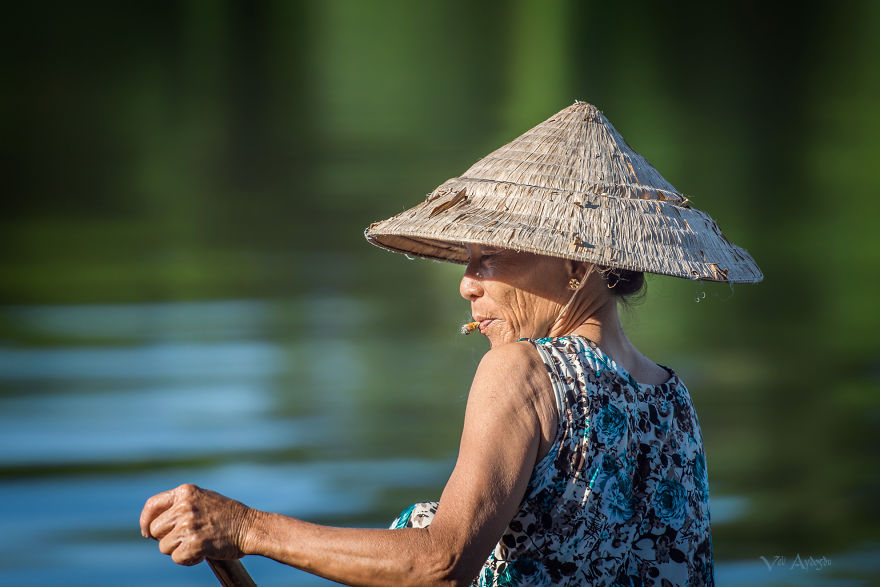 Một phụ nữ chèo thuyền trên dòng sông Hương ở Huế. Ảnh của tác giả Veli Aydogdu.