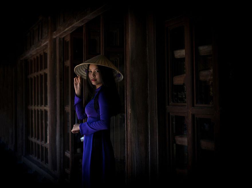 Thiếu nữ Việt trong tà áo dài truyền thống, đội nón trắng dạo bước trong đền chùa cũng là một hình ảnh quen thuộc trong nhiếp ảnh. Bức hình trên do Metin Diken chụp.