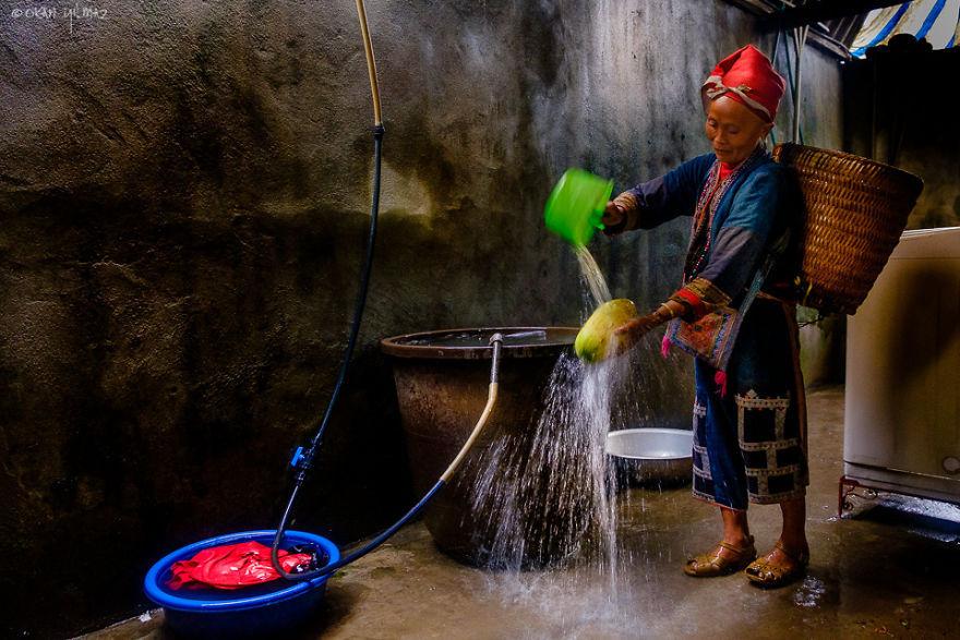 Hành trình của các nhiếp ảnh gia có dừng tại Sa Pa, một điểm du lịch nổi tiếng với núi non trùng điệp, ruộng bậc thang và sự đa dạng về văn hóa của các dân tộc thiểu số. Ảnh một bà mẹ dân tộc rửa hoa quả của Okan Yilmaz.