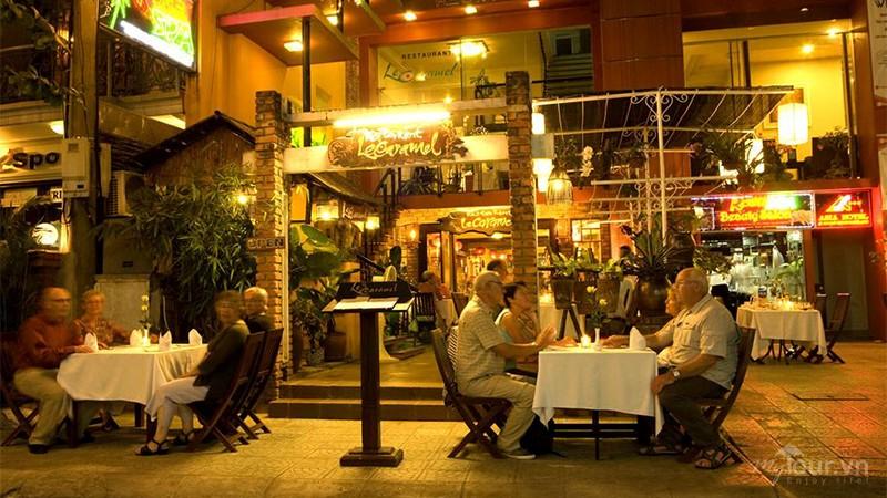 Khách sạn và nhà hàng mọc lên khá nhiều trên đoạn đường