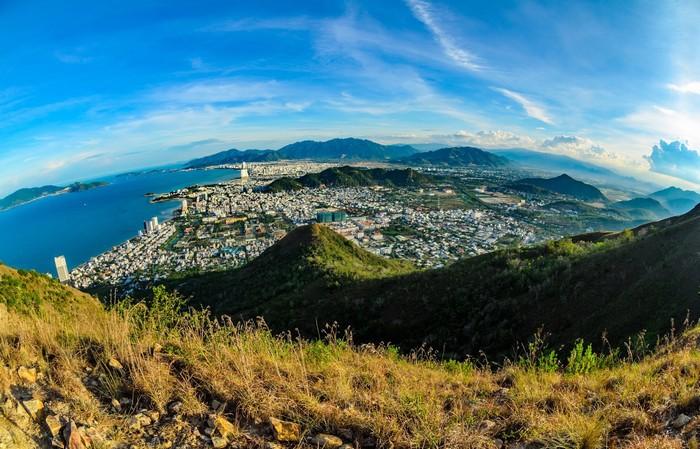 Ngắm thành phố từ trên đỉnh núi