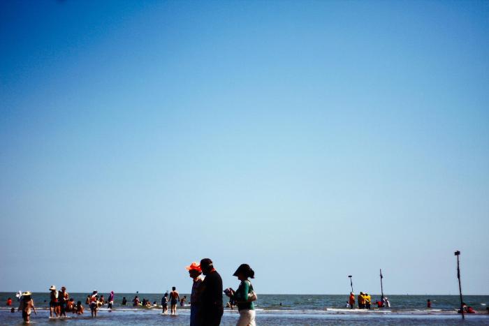 Không thiếu người tắm biển - Ảnh: Minh Hoang Ly