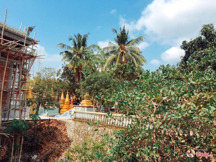 Một ngôi chùa cổ kính được tu sửa lại, ngôi chùa theo lôí kiến trúc của ngươì Khmer xưa.