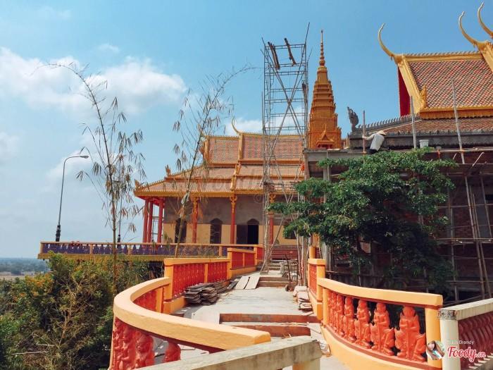 Từ cổng chùa bạn đi khoảng 200m tơí một ngã ba, bạn rẽ phải chừng 200m nưã là sẽ lên tơí đỉnh đôì Tà Pạ. Từ đây nhìn xuống thị trấn rất đẹp.