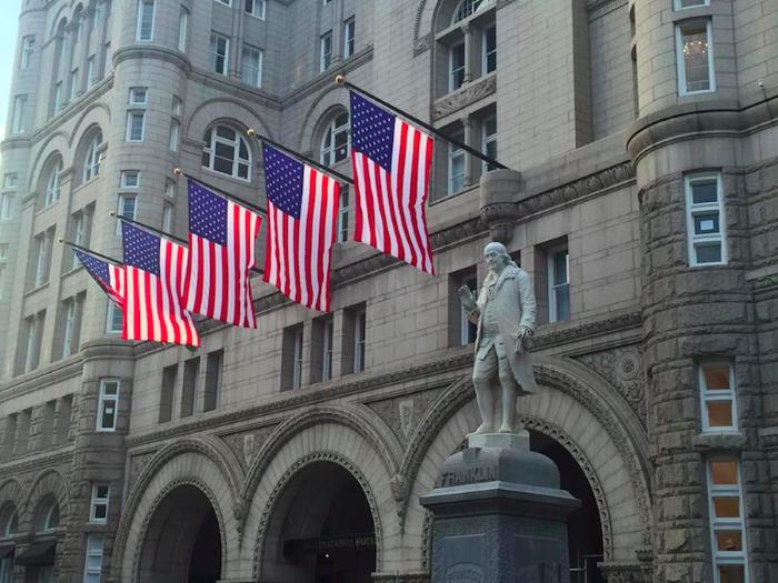 Khách sạn tọa lạc tại điểm giao giữa Đại lộ Pennsylvania và đường 12. Từ đây du khách có thể đi bộ tới Nhà Trắng trong vòng 15 phút. Ảnh:Trump Washington DC.