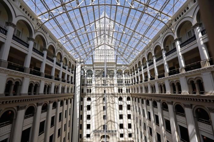 """Trung tâm khách sạn là nơi tổ chức tiệc khiêu vũ lớn nhất Washington DC có tên gọi """"Phòng khiêu vũ Tổng thống"""". Ảnh:Reuters."""
