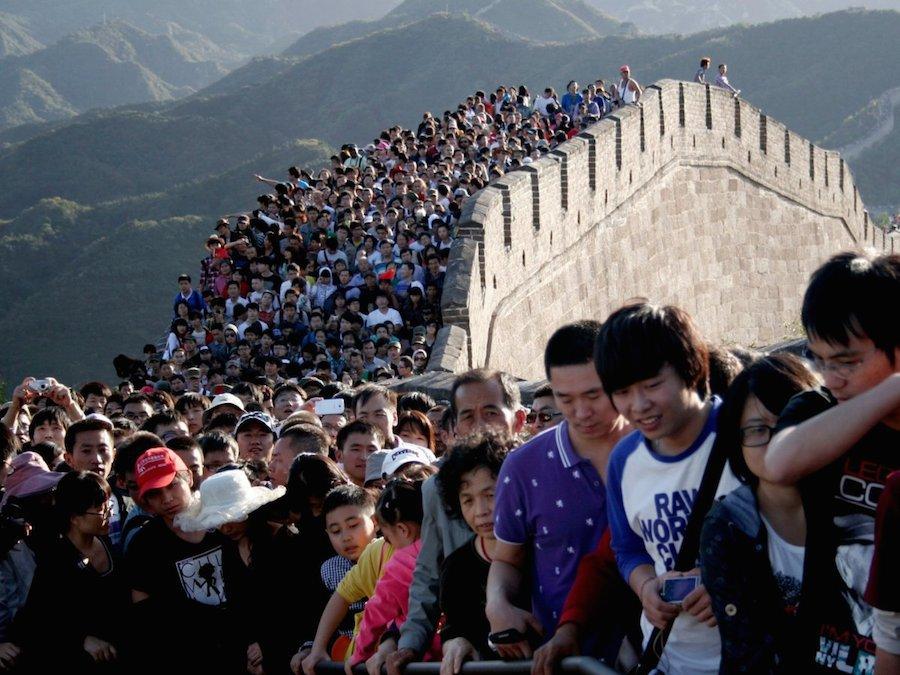 Có dân số vào khoảng 1,3 tỷ người năm 2015, Trung Quốc khiến du khách nước ngoài ngỡ ngàng với sự đông đúc đến nghẹt thở tại các tuyến đường giao thông và điểm du lịch. Trong ảnh là hàng người chen nhau tham quan Vạn Lý Trường Thành.