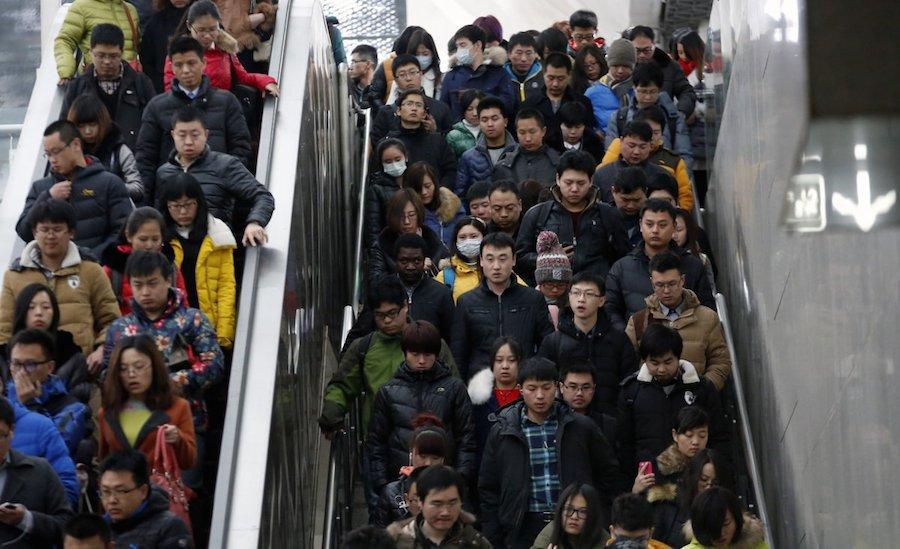 Thang cuốn xuống tàu điện ngầm giờ cao điểm ở Bắc Kinh