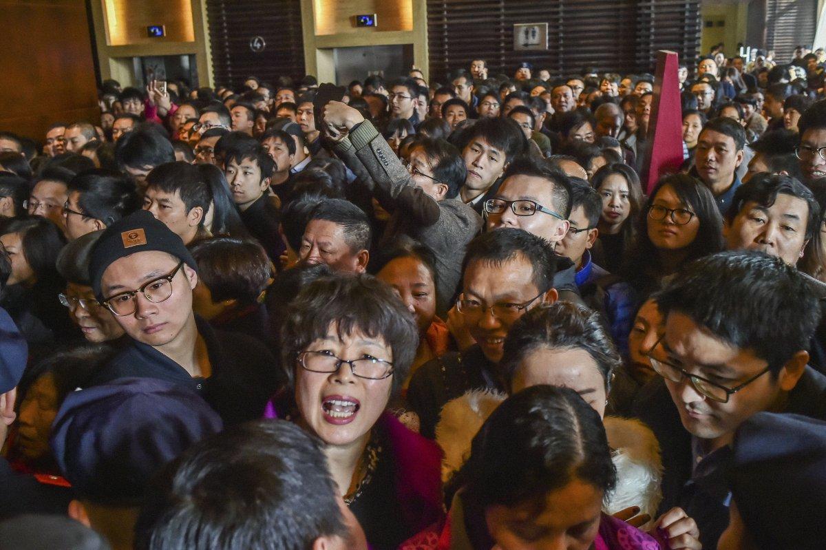 Đám đông háo hức chờ đợi khu nhà mở bán ở Hàng Châu, tỉnh Chiết Giang.