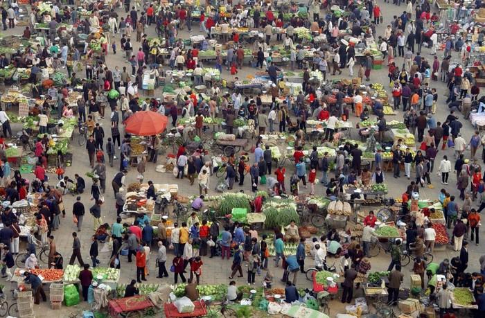 Người dân đi chợ mua rau buổi sáng ở Bắc Kinh.