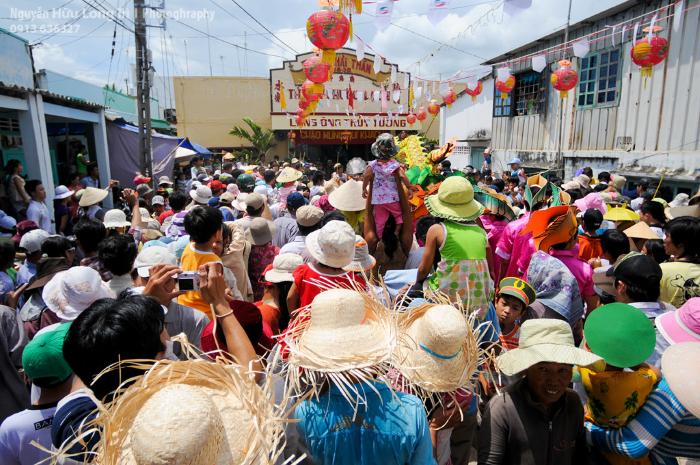 Đây là dịp đông đúc nhất của làng chài - Ảnh: nguyenhuulongtri