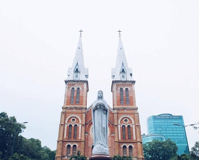 Nhà thờ Đức Bà cổ kính giữa lòng Sài Gòn hoa lệ - Ảnh: Huyền Vịt