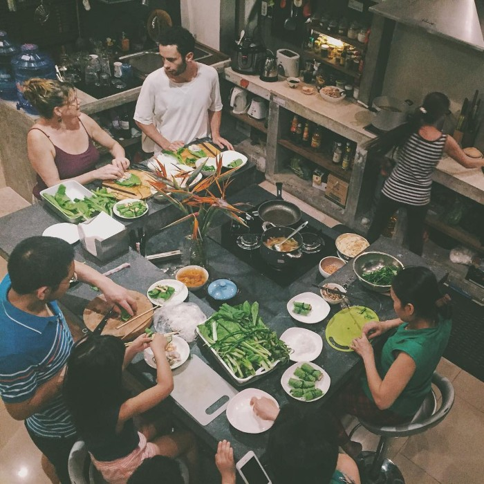 Làm những món ăn Việt cùng nhau- Ảnh: commonroomsaigon