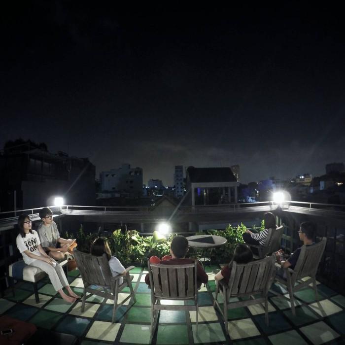 Sân thượng ngắm thành phố về đêm- Ảnh: duaguthecow