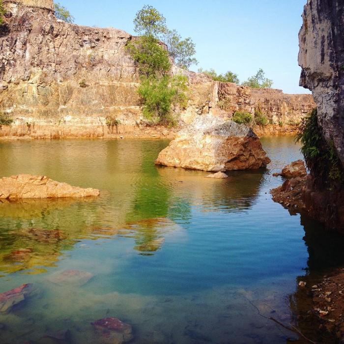 Nước hồ ở mỗikhúc lại có màu sắc khác nhau. Có khúc màu xanh lục, có khúc màu xanh lơ, khúc màu ngọc bích, khúc màu vàng, màu cam. Ảnh:Ánh Nguyệt on Instagram