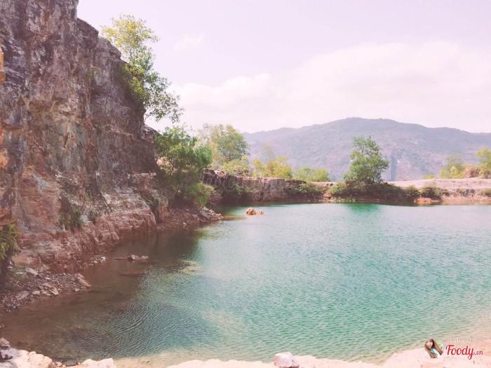 Ở giưã hồ lớn là những tảng đá nhấp nhô, mang trên mình những bụi cây xanh rờn